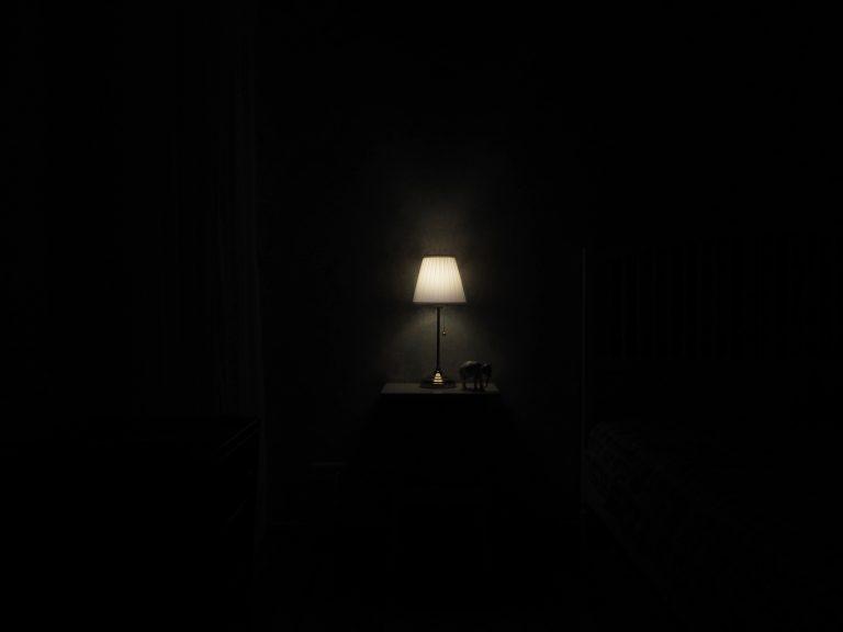 Στο δωμάτιο τα φώτα έσβησαν…